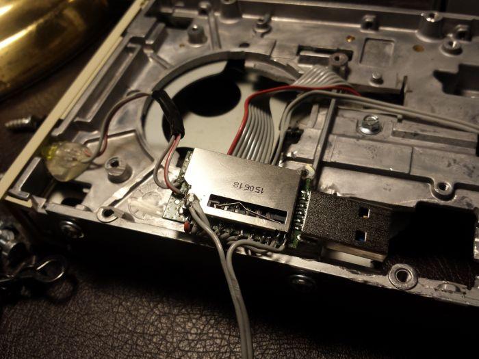 Моддер превратил 20-летний флоппи-дисковод в современный картридер (7 фото + видео)