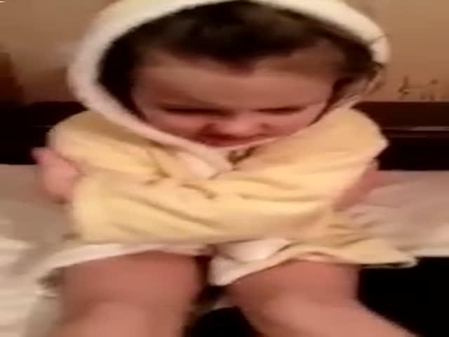 Девочка не хочет убирать за котиком