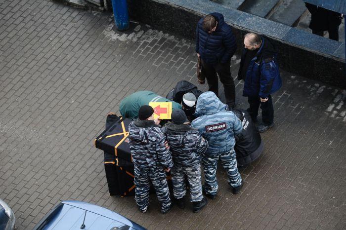 В Москве задержали няню, жестоко убившую ребенка, и угрожавшую взорвать себя у станции метро (8 фото + 3 видео)