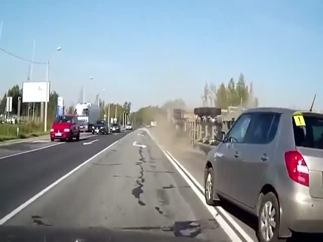Серьезная авария грузовиков по вине легковушки