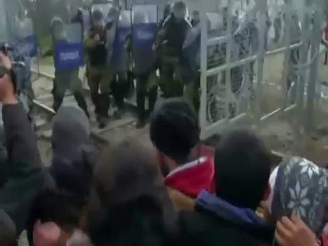 Мигранты прорвали границу на границе Греции и Македонии