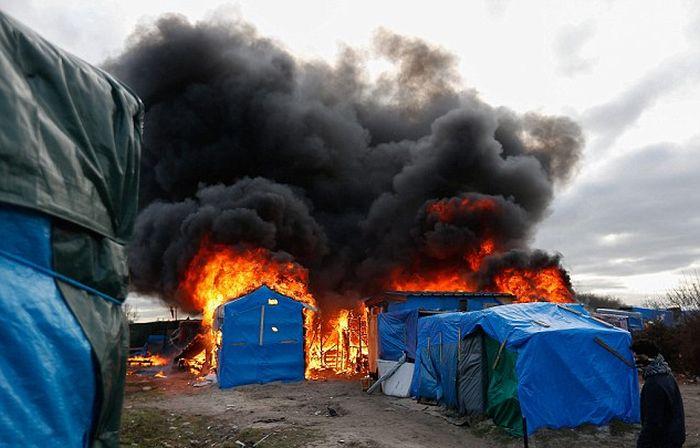 В Кале произошли столкновения между мигрантами и полицией (11 фото)