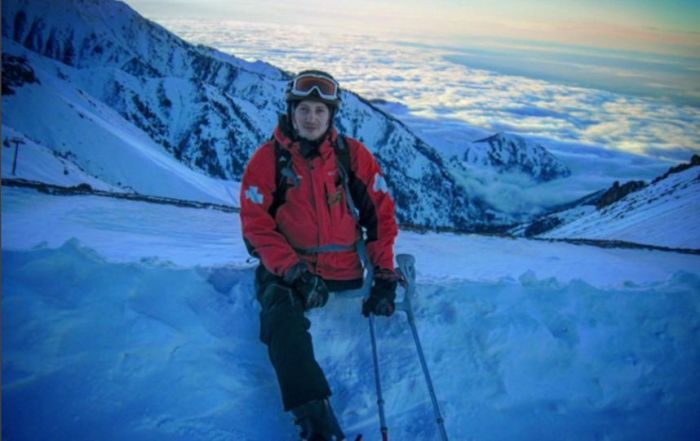 Одноногий парень спасает туристов на горнолыжном курорте Казахстана (7 фото)