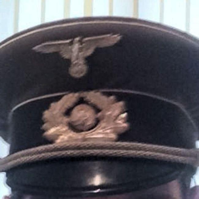 Ирландский священник нюхал кокаин в комнате с нацистской символикой (4 фото + видео)