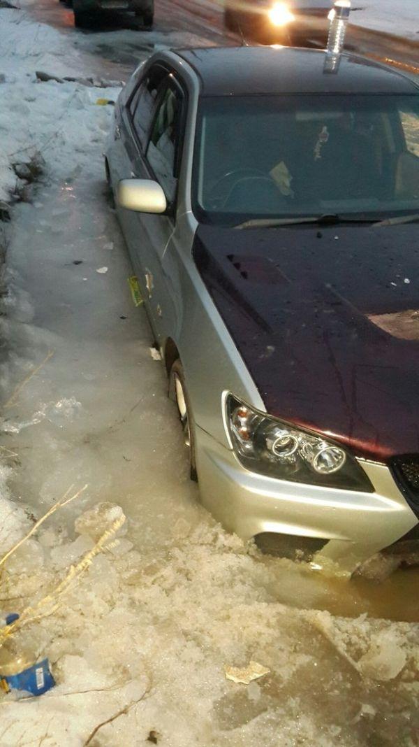 Саратовские коммунальщики вморозили автомобиль в лед (6 фото)