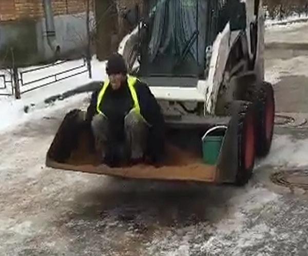 Необычный способ посыпания дорог песком