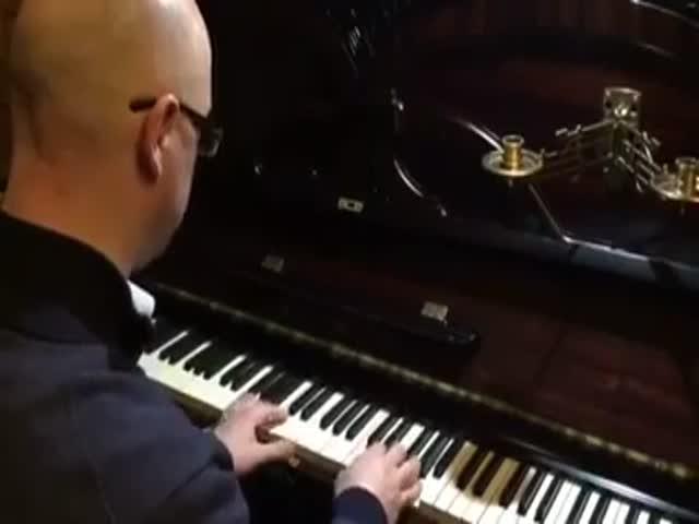 Сенатор Антон Беляков сыграл хит «Экспонат» на фортепиано
