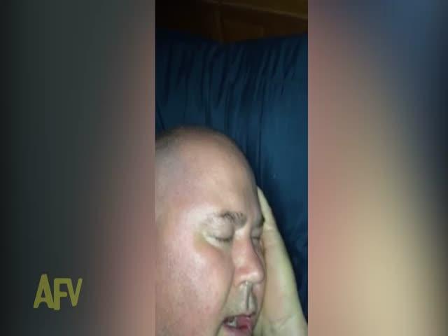 Мужчина заразительно смеется прямо во сне