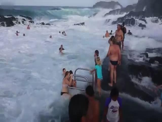 Австралийцы развлекаются в естественном бассейне