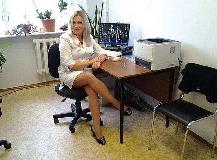 Медработницы не упускают возможности похватать своими ножками (26 фото)