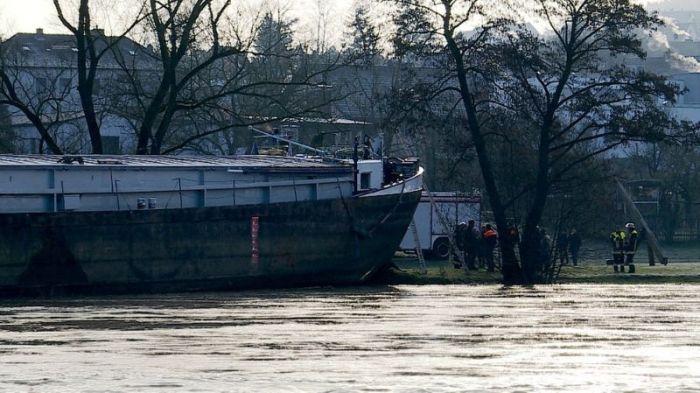 Нетрезвый шкипер посадил судно на мель, проплывая под автомобильным мостом (6 фото)