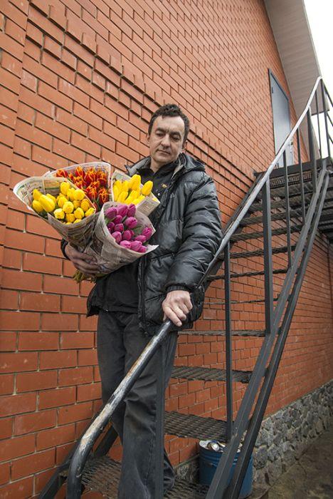 Предприниматель из Белгородской области вырастил 8000 тюльпанов на крыше своего дома (8 фото)