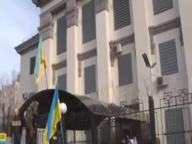Посольство России в Киеве подверглось нападению