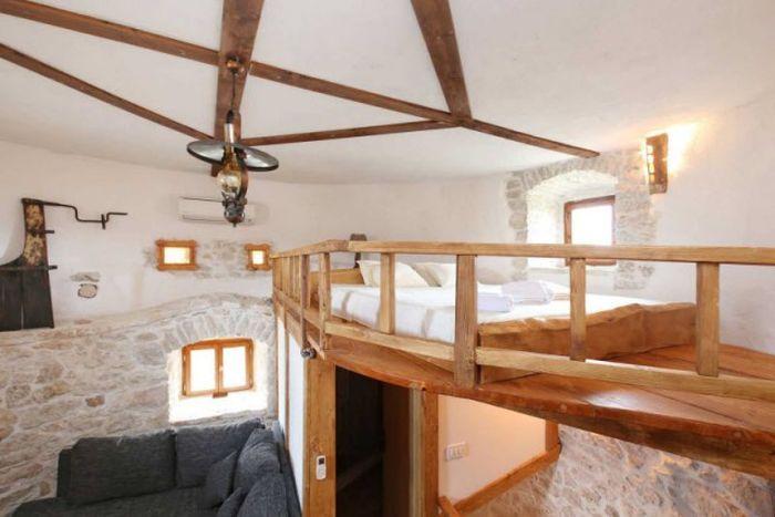 Старинную мельницу на хорватском острове превратили в домик для туристов (25 фото)
