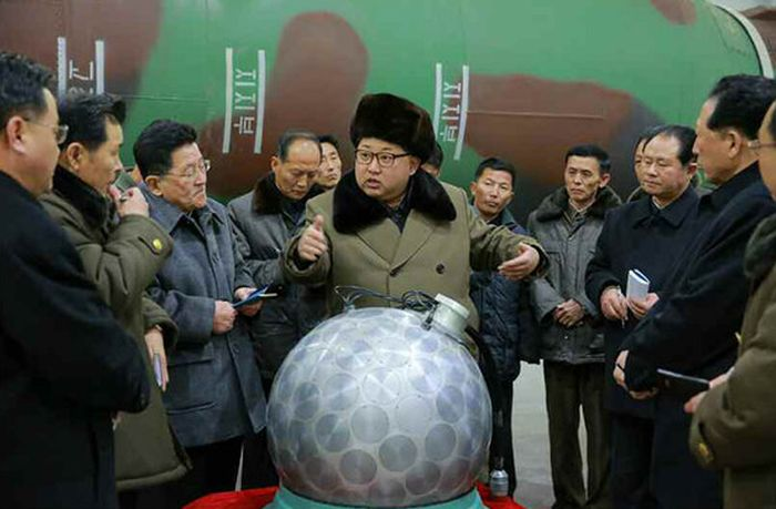 В сети появились фото Ким Чен Ына у макета ядерной боеголовки (3 фото)