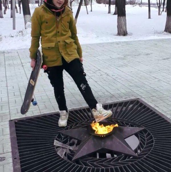 Пермский блогер покатался на скейте на мемориале героям ВОВ и погрел ноги у Вечного огня (2 фото + видео)