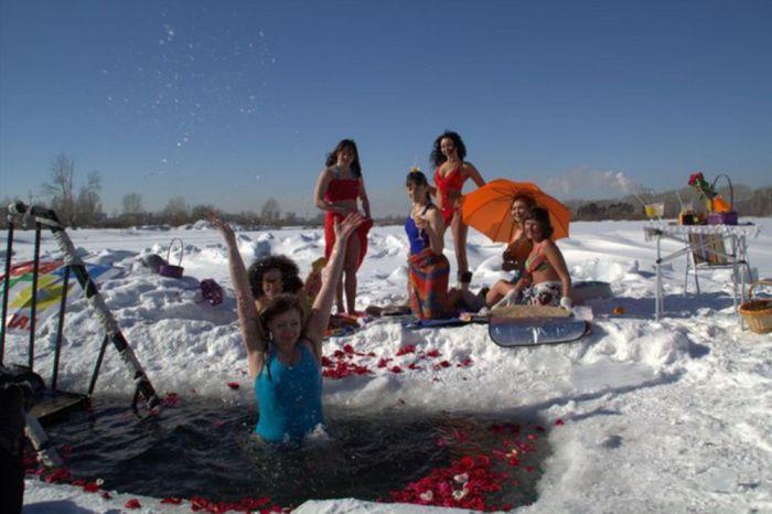 В честь 8 марта сибирячки провели фотосессию в купальниках у проруби (5 фото)