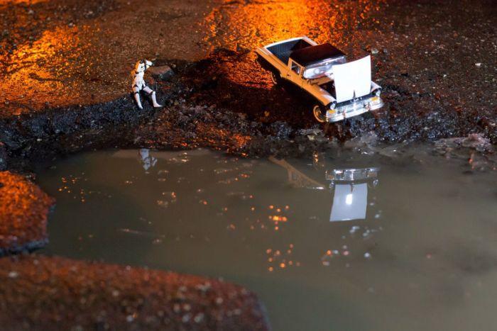 В Самаре фотографы превратили ямы на дорогах в арт-объекты (8 фото)