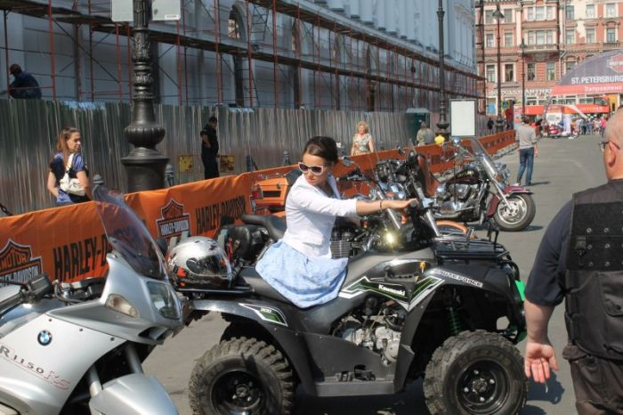 Сильная девушка на квадроцикле (28 фото)