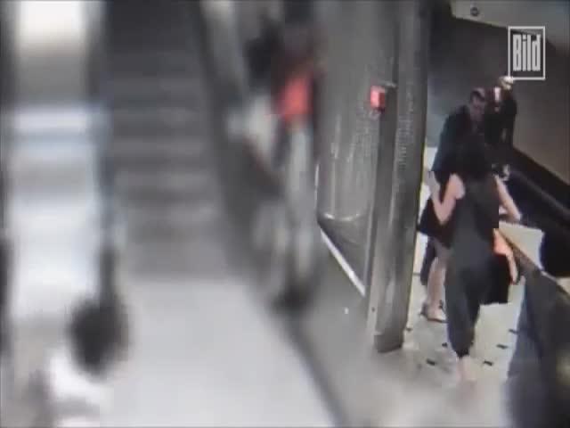 В Германии мигрант поджог девушке волосы