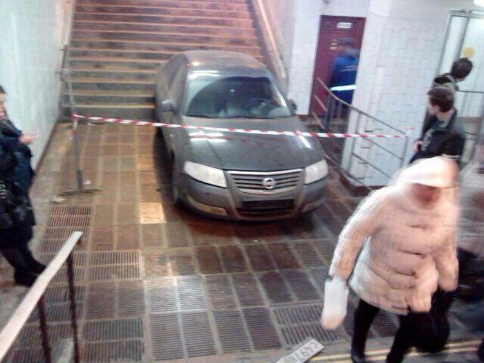 В Москве автомобиль скатился в подземный переход метро «Профсоюзная» (5 фото)