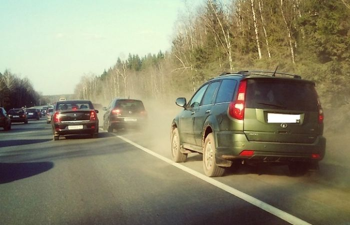 Верховный суд России разрешил водителям не уступать дорогу транспорту, движущемуся по обочине (2 фото)