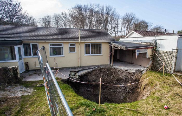 В Великобритании на территории одного из домов образовался 90-метровый провал (5 фото + видео)