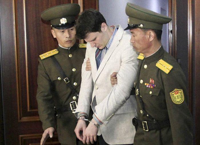 В КНДР американского студента, сорвавшего агитационный плакат, приговорили к 15 годам тюрьмы (7 фото)
