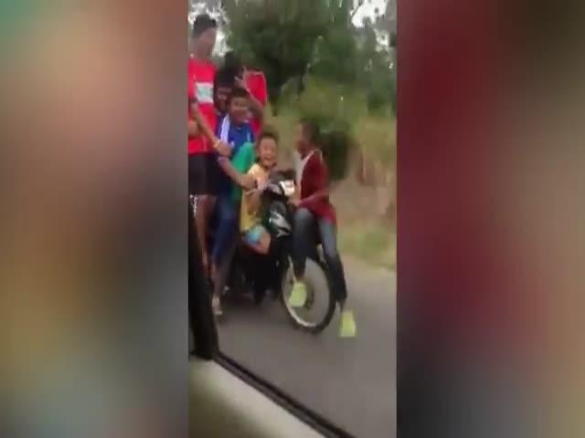 Юные таиландцы едут в школу