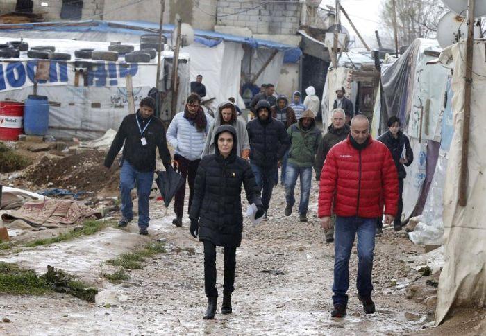 Анджелина Джоли посетила лагерь сирийских беженцев в Ливане (10 фото)