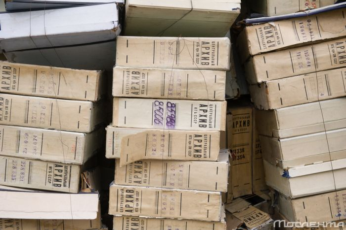 В центре Москвы выбросили документы из центрального архива КГБ (2 фото)