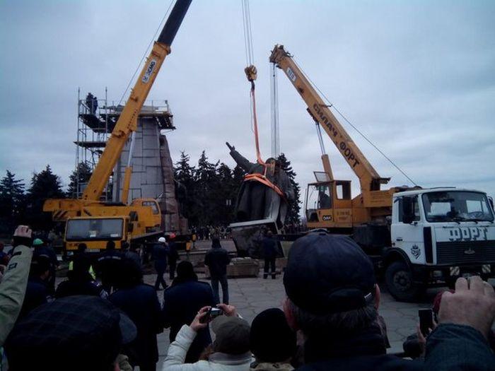 В Запорожье снесли самый большой на Украине памятник Ленину (5 фото)