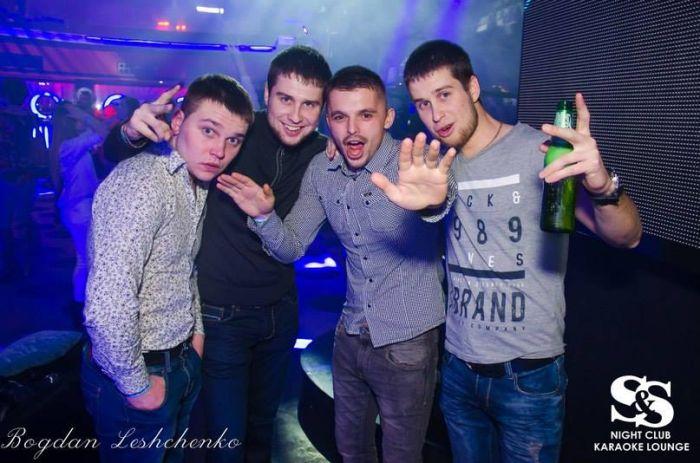 Пользователей сети возмутили снимки из ночного клуба ДНР (28 фото)