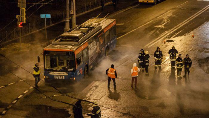 У московского Кремля троллейбус частично провалился в яму с кипятком (6 фото)