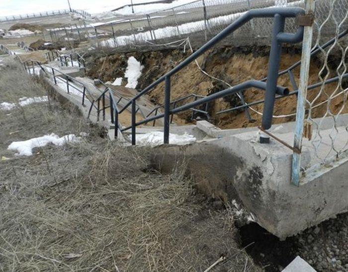 В Тольятти обрушилась лестница на набережной, построенной всего 4 года назад (4 фото + видео)