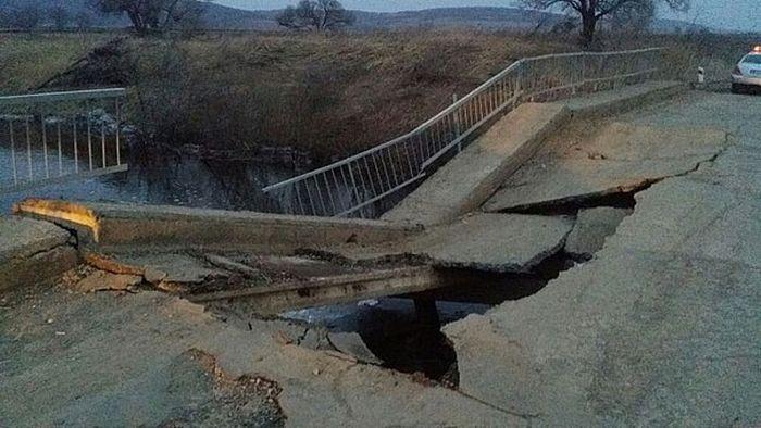 В Приморье обрушился еще один мост (3 фото + видео)