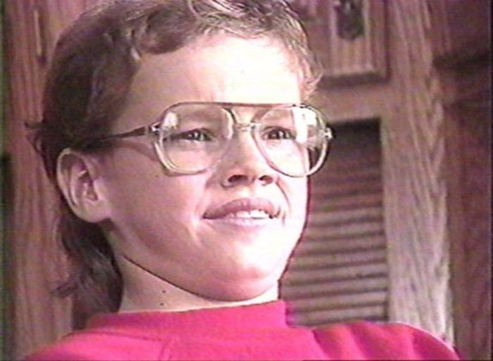 Какой известный актер изображен на этом детском снимке? (2 фото)