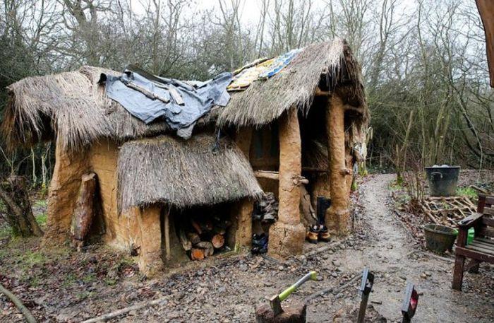 Британского бездомного, построившего мазанку в лесу, выгоняют из дома (9 фото)