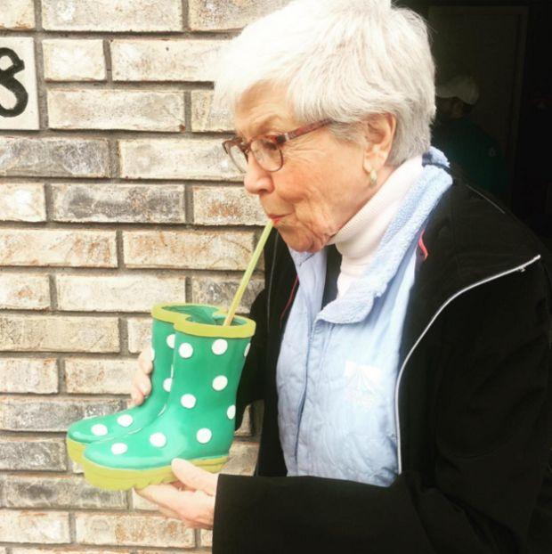 В США любители ледяного напитка наполняли им тазики и даже унитазы (25 фото)