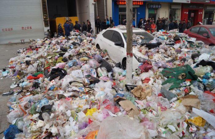 Китайские мусорщики по-своему проучили автомобилиста (5 фото)