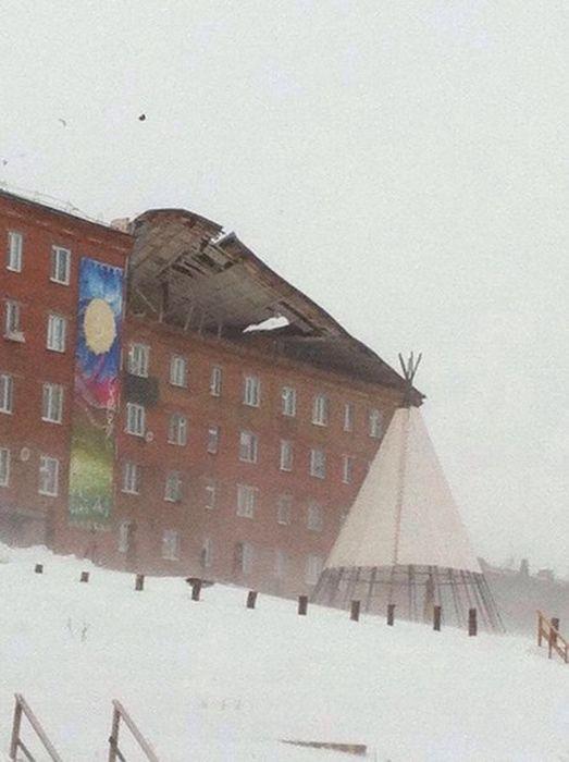 В Дудинке штормовой ветер сорвал крышу с жилого дома (5 фото + видео)