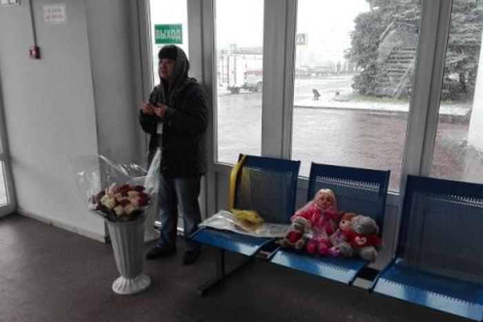 В Ростове начали продавать цветы и игрушки для пришедших почтить память жертв авиакатастрофы (2 фото)