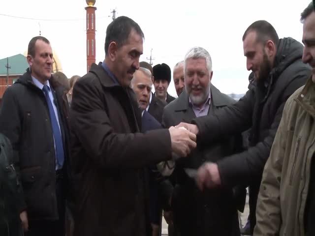 Глава Ингушетии Юнус-Бек Евкуров срезал помпон с шапки мальчика