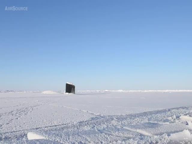 Подводная лодка всплывает в арктических льдах