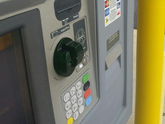 Ловкий обман пользователей банкоматов (3 фото)