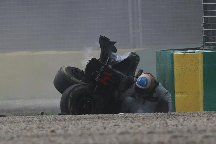 Фернандо Алонсо чудом не пострадал в серьезной аварии на Гран-при Австралии (20 фото + видео)