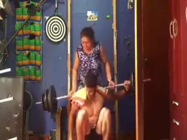 Мать спешит на помощь сыну