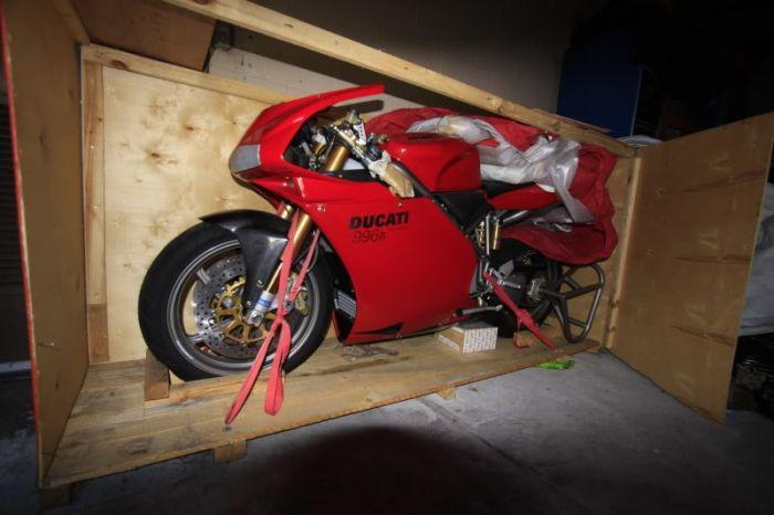 Забытый владельцем мотоцикл Ducati 996R простоял более 10 лет в заводском боксе (10 фото)
