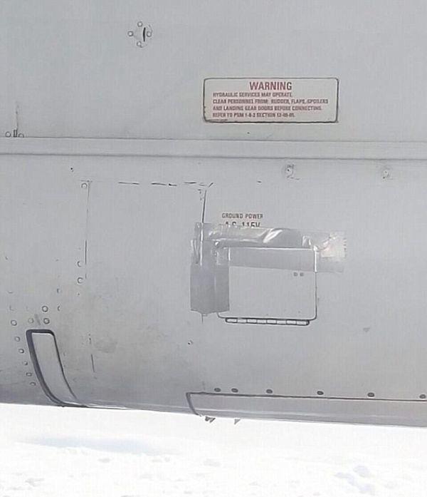 Крыло самолета авиакомпании Air New Zealand отремонтировали скотчем (2 фото)