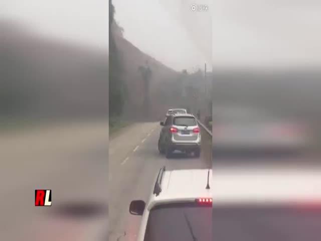 Оползень на китайской дороге